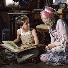 Freddie Highmore e Mia Farrow in una scena del film Arthur e il popolo dei Minimei