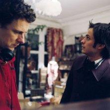 Michel Gondry con Gael García Bernal sul set di L'arte del sogno