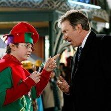 Tim Allen e Spencer Breslin in una scena del film Santa Clause è nei guai