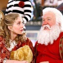 Tim Allen ed Elizabeth Mitchell in una scena di Santa Clause è nei guai