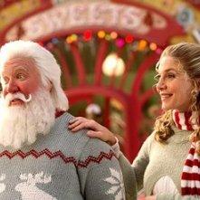Tim Allen ed Elizabeth Mitchell in una scena del film Santa Clause è nei guai