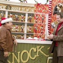 Danny DeVito e Matthew Broderick in una scena del film Conciati per le feste