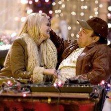 Kristin Chenoweth e Danny DeVito in una scena del film Conciati per le feste