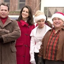 Kristin Davis, Kristin Chenoweth, Danny DeVito e Matthew Broderick in una scena del film Conciati per le feste