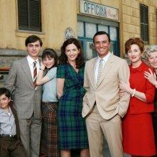 Lunetta Savino e Massimo Ghini con il cast della prima stagione di Raccontami in una foto promozionale