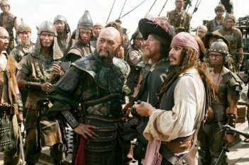 Geoffrey Rush con Johnny Depp e Chow Yun-Fat in una scena di Pirates of the Caribbean: At Worlds End
