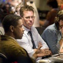Denzel Washington con Adam Goldberg e Val Kilmer in una scena di Deja Vu - Corsa Contro Il Tempo