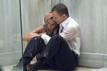 Daniel Craig ed Eva Green in una scena del film Casino Royale