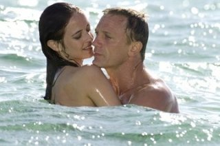 Daniel Craig con Eva Green in una scena del film Casino Royale