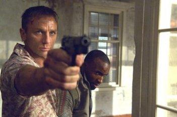 Daniel Craig e Sebastien Foucan in una scena del film Casino Royale