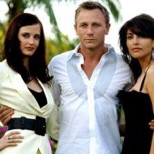 Daniel Craig, Eva Green e Caterina Murino in una foto promozionale del film Casino Royale
