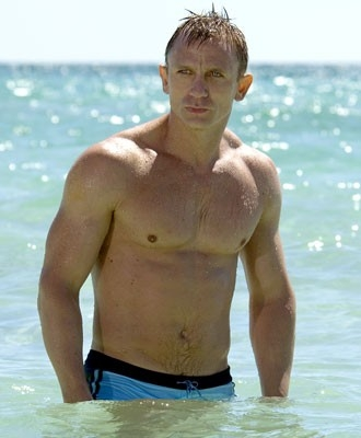 Daniel Craig a torso nudo in una scena del film Casino Royale