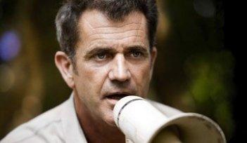 Mel Gibson urla istruzioni al megafono sul set del film Apocalypto