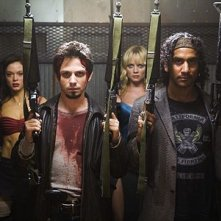 Rose McGowan, Freddy Rodríguez, Marley Shelton e Naveen Andrews  in una scena del film Grind House