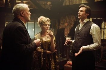 Hugh Jackman, Michael Caine e Scarlett Johansson in una scena di 'The Prestige'
