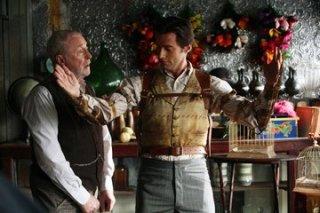Hugh Jackman con Michael Caine in una scena di 'The Prestige'