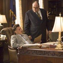 James Gandolfini e Sean Penn in una scena del film Tutti gli uomini del re