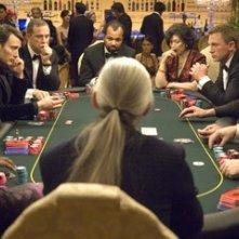 Mads Mikkelsen, Urbano Barberini, Jeffrey Wright, Tsai Chin e Daniel Craig in una scena del film Casino Royale