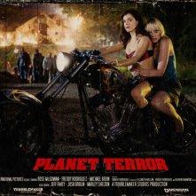 Rose McGowan in una lobbycard promozionale realizzata per Planet Terror, uno dei due episodi di Grind House