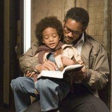Jaden Smith in braccio a Will Smith in una scena del film La ricerca della felicità