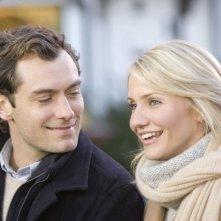 Jude Law e Cameron Diaz in una sequenza del film L'amore non va in vacanza