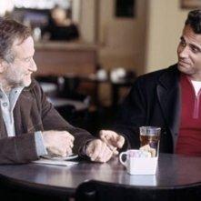 Robin Williams e Bobby Cannavale in una scena di Una voce nella notte