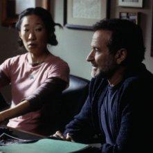 Robin Williams e Sandra Oh in una scena di Una voce nella notte