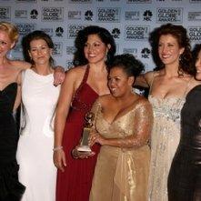 Katherine Heigl, Sandra Oh, Ellen Pompeo, Kate Walsh, Chandra Wilson e Sara Ramirez ricevono il premio per Grey's Anatomy ai Golden Globes 2007