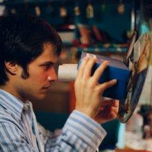 Gael García Bernal in una scena del film L'arte del sogno (The Science of Sleep, 2005)