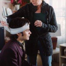 Gael García Bernal con la testa fasciata in una scena del film L'arte del sogno