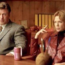 Alec Baldwin e Annette Bening in una scena del film Correndo con le forbici in mano