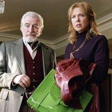 Brian Cox e Annette Bening in una scena del film Correndo con le forbici in mano