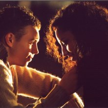 Samina Awan e Thomas Hudson in una scena di Love + Hate