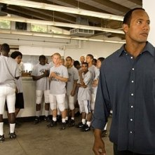 Dwayne 'The Rock' Johnson in una scena del film La gang di Gridiron