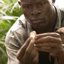 Un primo piano di Djimon Hounsou in una scena del film Blood Diamond - Diamanti di sangue