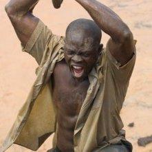 Djimon Hounsou in una scena drammatica del film Blood Diamond - Diamanti di sangue