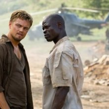 Leonardo DiCaprio con Djimon Hounsou in una scena del film Blood Diamond - Diamanti di sangue