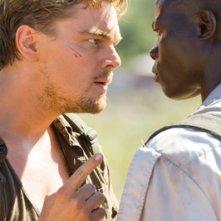 Leonardo DiCaprio confronta Djimon Hounsou in una scena del film Blood Diamond - Diamanti di sangue
