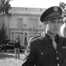George Clooney in una sequenza del film Intrigo a Berlino