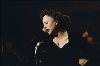 Marion Cotillard in una scena del film La vie en rose nel quale interpreta Edith Piaf