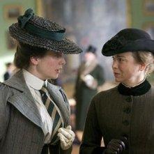 Renee Zellweger ed Emily Watson in una scena di Miss Potter