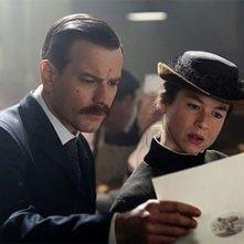 Renee Zellweger insieme a Ewan McGregor in una scena di Miss Potter