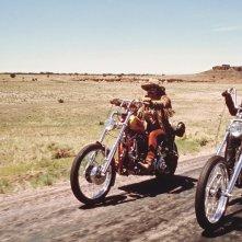 Dennis Hopper, Jack Nicholson e Peter Fonda in una scena del cult Easy Rider