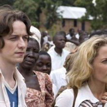 Gillian Anderson e James McAvoy in una scena de L´ultimo re di Scozia