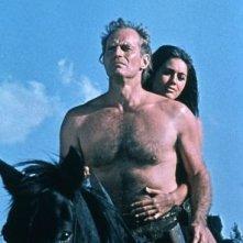 Charlton Heston e Linda Harrison a cavallo in una scena de Il pianeta delle scimmie