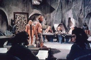 Charlton Heston e Maurice Evans in una scena corale de Il pianeta delle scimmie