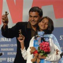 Berlinale 2007: il regista Rajnesh Domalpalli e Mamatha Bhukya con il premio per il Miglior film d'esordio, vinto dal film Vanaja.