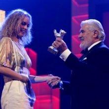 Berlinale 2007: Nina Hoss riceve l'Orso d'Argento da Mario Adorf per la sua interpretazione in Yella, di Christian Petzold.