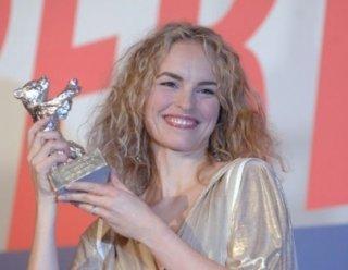 Berlinale 2007: Nina Hoss riceve l'Orso d'Argento per la sua interpretazione in Yella, di Christian Petzold.