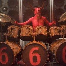 Il 'diabolico' Dave Grohl in una scena di Tenacious D e il destino del rock